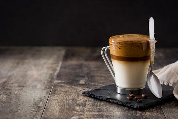 Cremig gefrorener dalalgona-kaffee