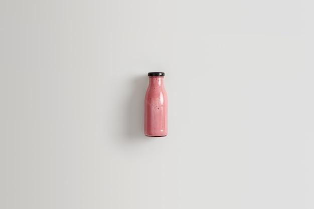 Cremig leckeres nährgetränk aus früchten. gesunder smoothie ohne zucker aus erdbeeren und himbeeren für ihre morgendliche mahlzeit oder ihren nachmittagssnack, um die nährstoffaufnahme oder den gewichtsverlust zu steigern