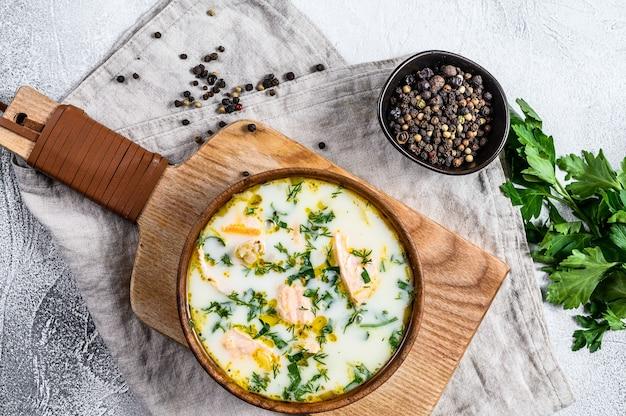 Cremige fischsuppe mit lachs und kartoffeln