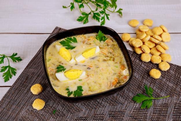 Cremige gemüsesuppe mit ei und crackern