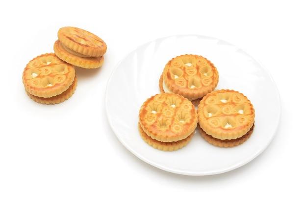 Cremige kekse auf teller isoliert auf weiß