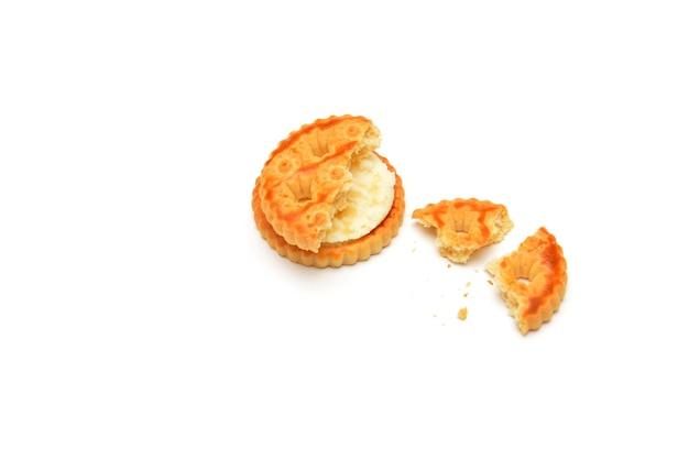 Cremige kekse auf weißem hintergrund