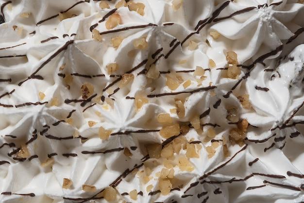 Cremige schlagsahne mit schokoladenstreuseln.