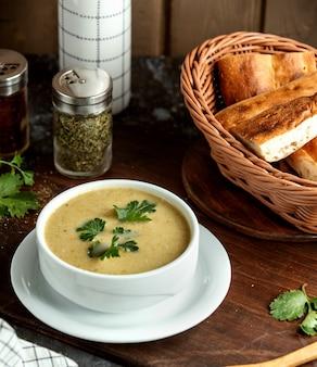 Cremige suppe und korb mit brot