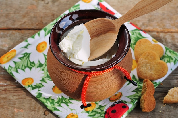 Cremiger hüttenkäse im tontopf und kekse