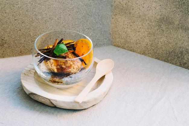Cremiges dessert in glasschale
