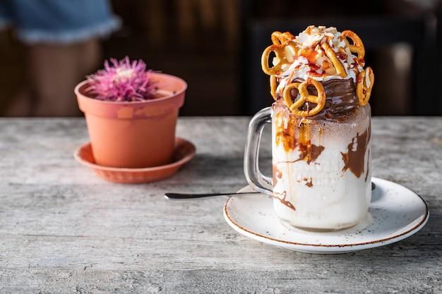 Cremiges dessert mit schokolade und keksen