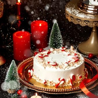 Cremiges dessert mit süßigkeiten bedeckt