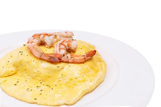 Cremiges omelett mit garnelen auf reis
