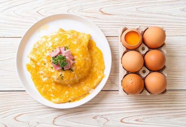 Cremiges omelett mit schinken auf reis oder reis mit schinken und weichem omelett
