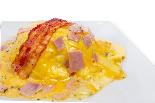Cremiges omelett mit speck und schinken auf reis