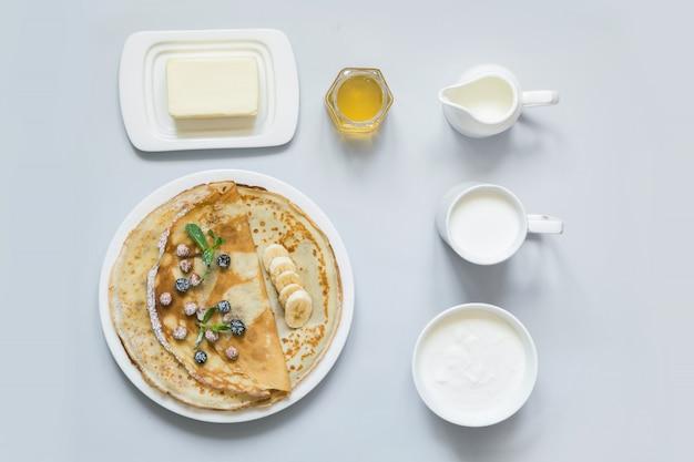 Crepes, dünne pfannkuchen auf weißem teller.