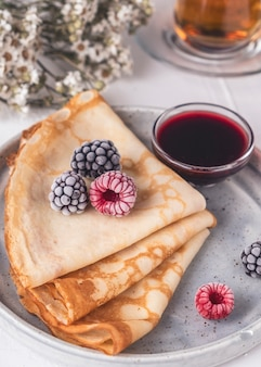 Crepes, dünne pfannkuchen mit frischen beeren.