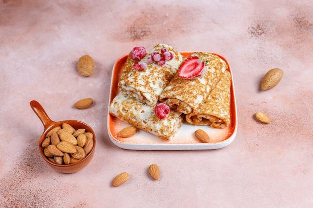 Crepes gefüllt mit hüttenkäse zum frühstück.