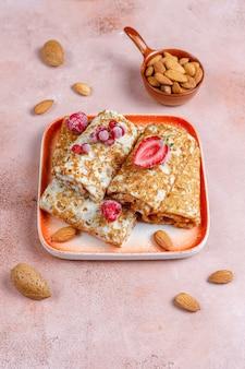Crepes gefüllt mit hüttenkäse zum frühstück. Kostenlose Fotos