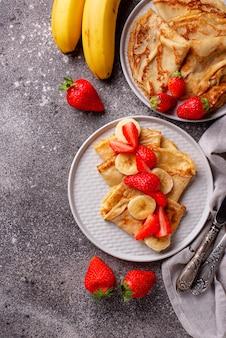 Crepes mit erdbeeren und bananen