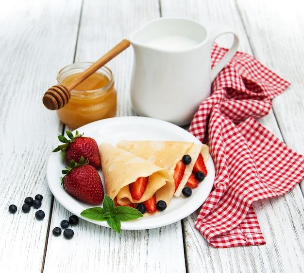 Crepes mit erdbeeren und heidelbeeren