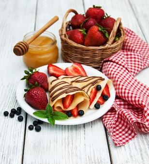 Crepes mit erdbeeren und schokoladensauce
