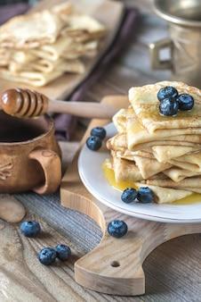 Crepes mit frischen blaubeeren und honig