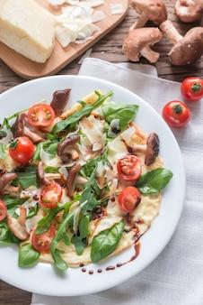 Crepes mit kirschtomaten, käse, pilzen und rucola