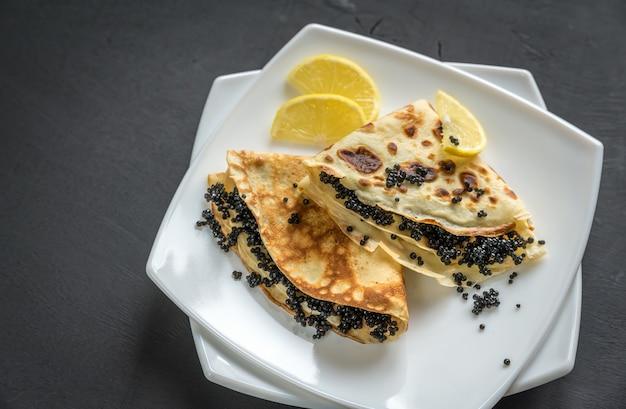 Crepes mit schwarzem kaviar