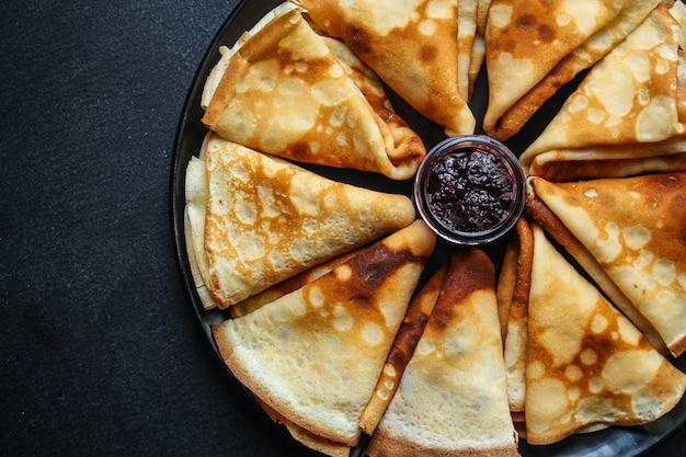 Crepes und marmelade, dünne pfannkuchen