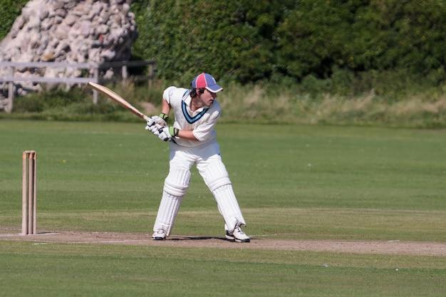 Cricket spielen auf dem grün in bamburgh