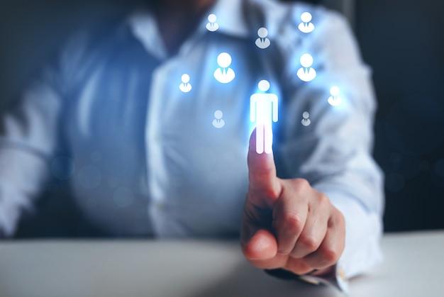 Crm und rekrutierung geschäftsmann, der auf digitales symbol zeigt personalwesen