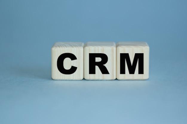 Crm wort ist auf einem holzwürfel geschrieben. kann für geschäfts-, marketing- und finanzkonzepte verwendet werden. selektiver fokus.