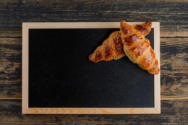 Croissant auf holz und brett. flach liegen.