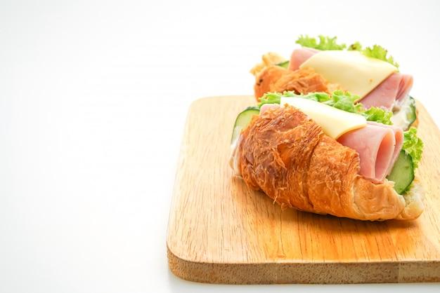 Croissant gefüllt mit schinken und käse mit mayonnaise
