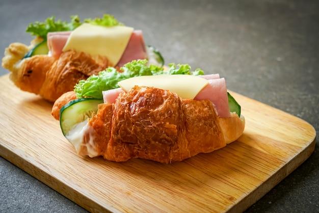 Croissant gefüllt mit schinken und käse