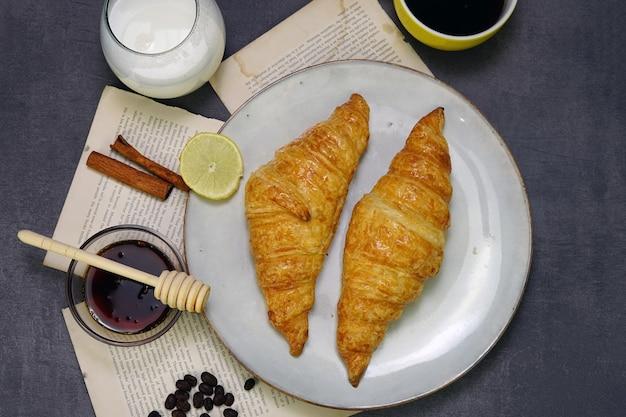Croissant-kaffee und honig