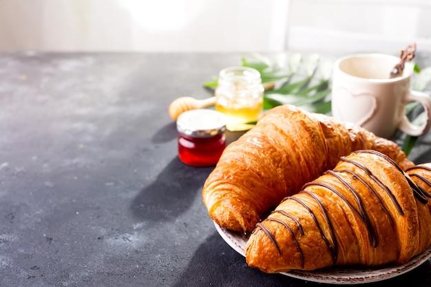 Croissant, marmelade, beeren und kaffee