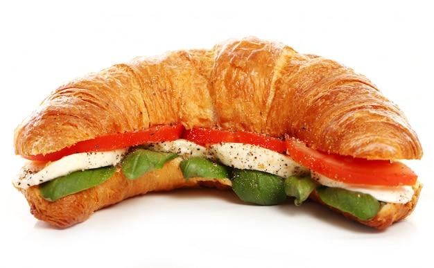 Croissant mit basilikum, tomate und mozzarella