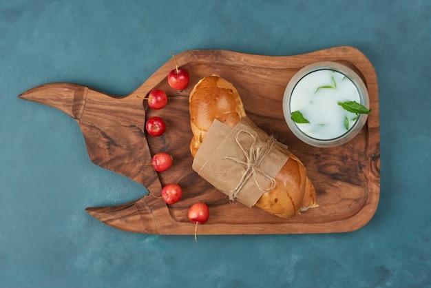 Croissant mit einer tasse joghurt.