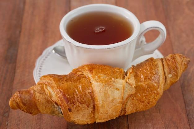 Croissant mit einer tasse tee