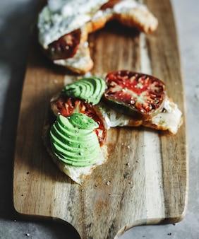 Croissant mit erbstücktomate, avocado und spiegelei