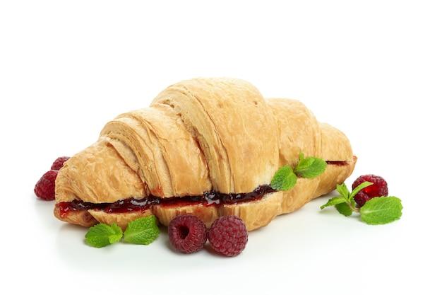 Croissant mit himbeermarmelade, isoliert auf weißem hintergrund