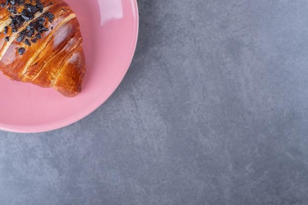 Croissant mit schokolade auf einem teller