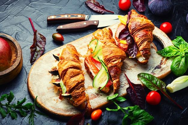 Croissant-sandwich mit fleisch- und fischfüllung