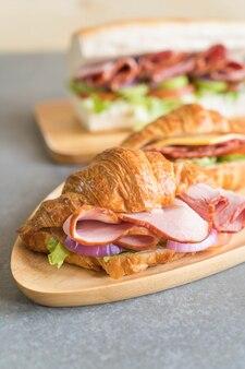Croissant sandwich schinken