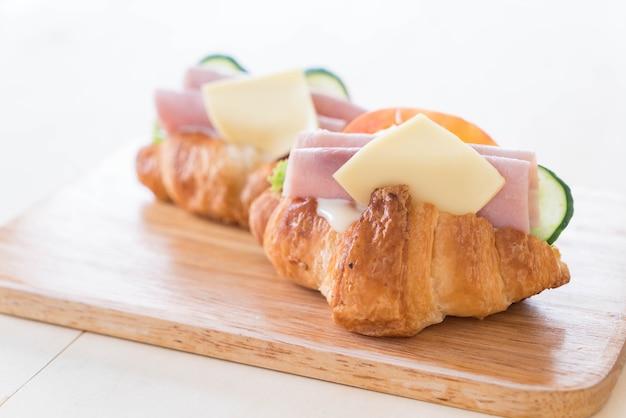 Croissant-sandwich-schinkenkäse
