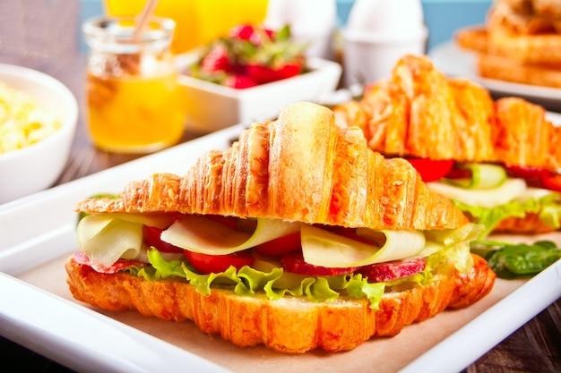 Croissant-sandwiches mit schinken und käse