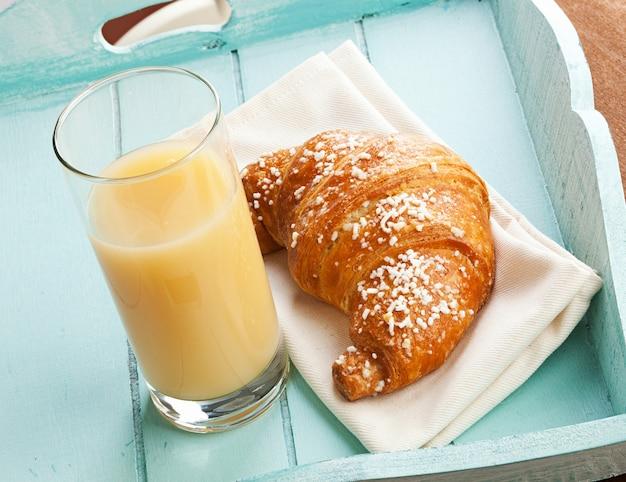 Croissant und birnensaft