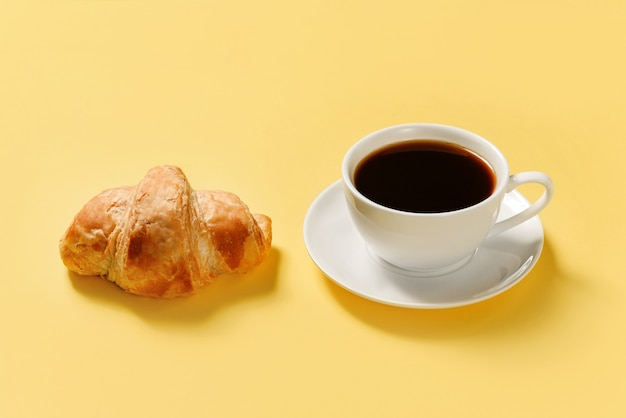 Croissant und eine tasse kaffee