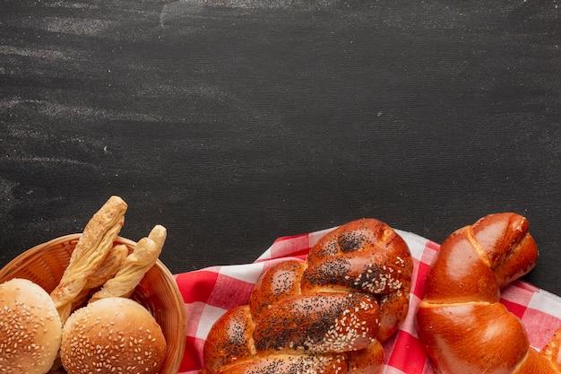 Croissant und gebäck auf tischdecke
