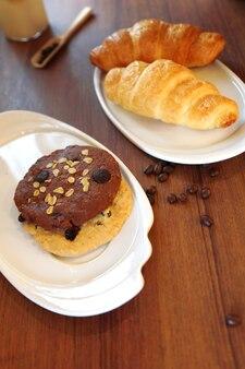 Croissant und hausgemachter brotsnack in der kaffeezeit im café.