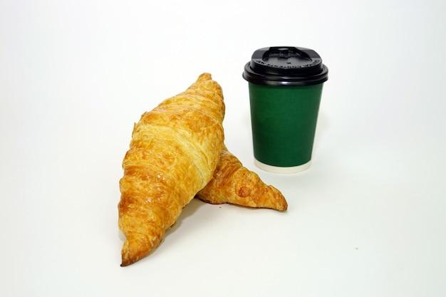 Croissant und kaffee zum mitnehmen