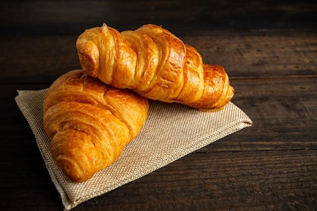 Croissants auf alten holztisch.